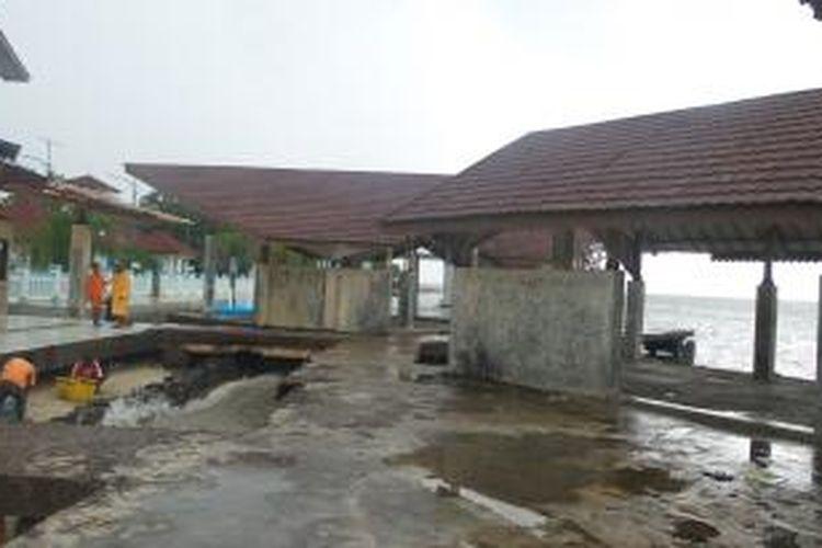 Bangunan food court di pantai Pulau Untung Jawa, Kepulauan Seribu yang terbengkalai