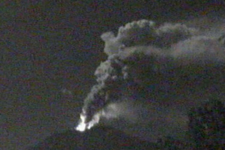 Sinar api terlihat di puncak Gunung Agung, Kamis (28/6/2018)