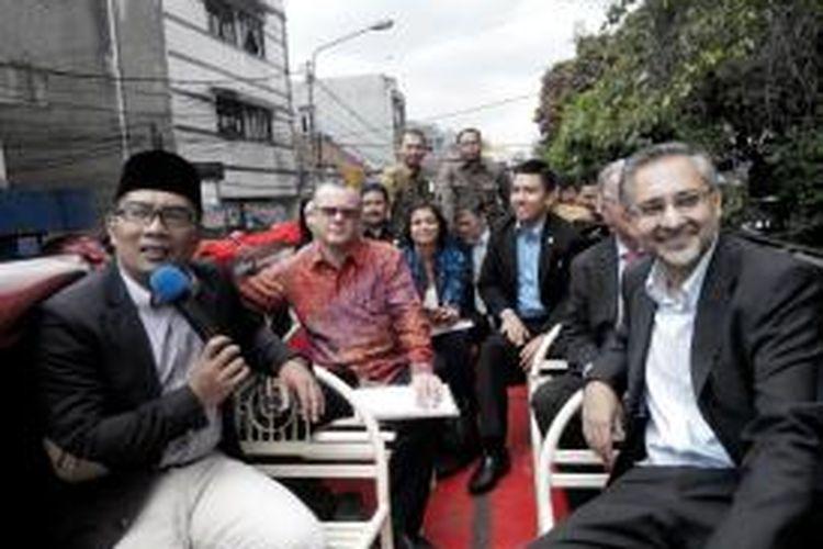 Wali Kota Bandung, Ridwan Kamil, mengajak Duta Besar Inggris untuk Indonesia yang baru, Moazzam Malik, berkeliling Kota Bandung menggunakan bus wisata Bandung Tour On Bus (Bandros), Selasa (18/11/2014).
