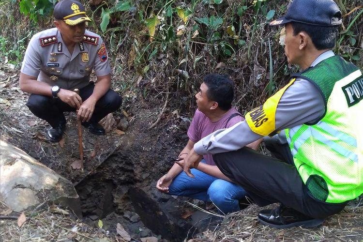 Kapolres Banyumas AKBP Bambang Yudhantara Salamun mengecek lokasi penemuan potongan tubuh yang terbakar, Selasa (9/7/2019)