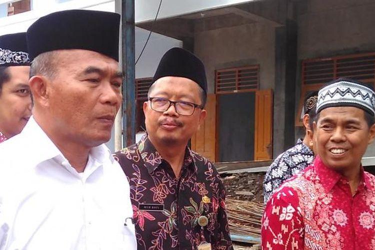 Menteri Pendidikan dan Kebudayaan Muhadjir Effendy (kemeja putih) di SMK Muhammadiyah 1 Salam, Kabupaten Magelang, Jawa Tengah, Sabtu (4/2/2017).