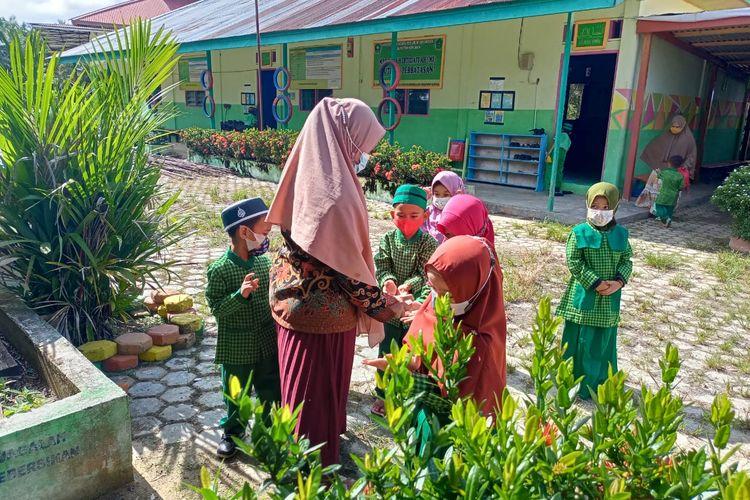 Murid murid MI Mutiara Perbatasan di Nunukan Kaltara di hari hari pertama dibukanya PTM