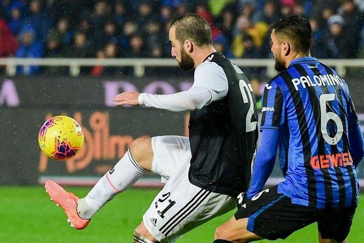 Gonzalo Higuain mencoba melewati penjagaan Jose Luis Palomino pada laga Atalanta vs Juventus dalam lanjutan Serie A Liga Italia di Stadion Atleti Azzurri dItalia, 23 November 2019.