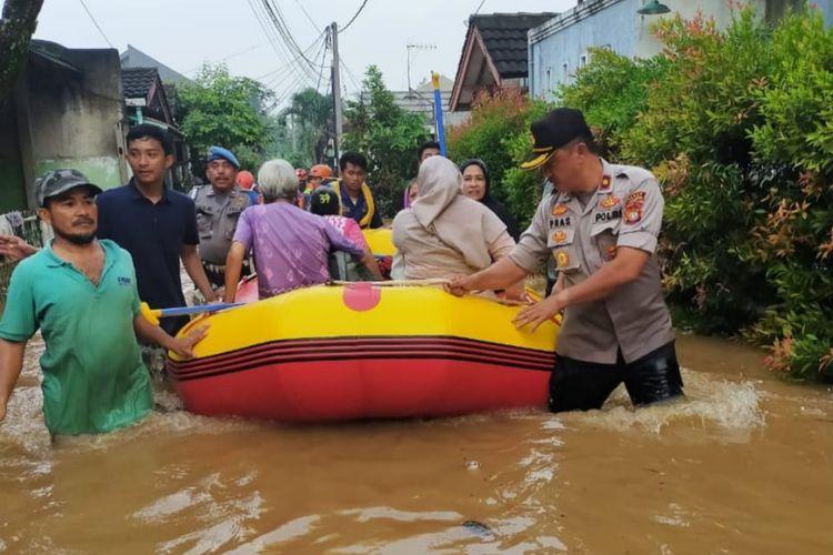 Evakuasi warga terdampak banjir menggunakan perahu karet di Perumahan BSI Duren Mekar, Bojongsari, Depok, Rabu (18/3/2020).