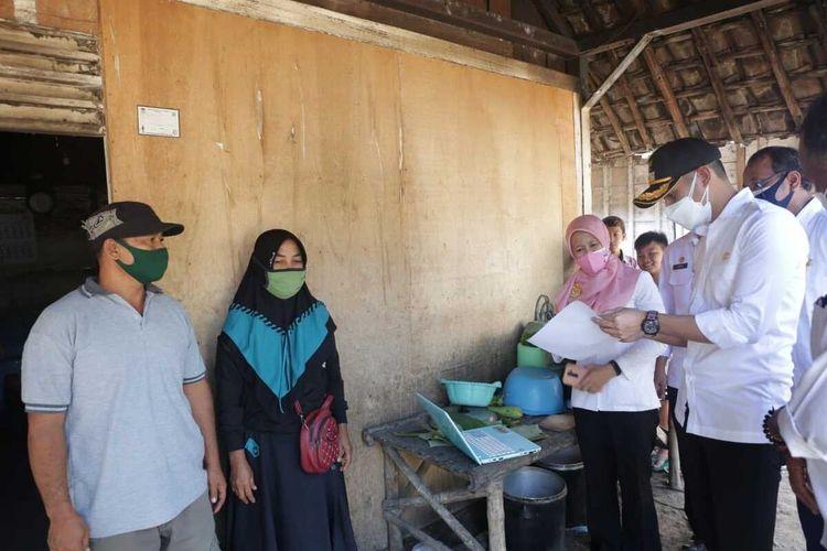 Bupati Tuban, Aditya Halindra Faridzky blusukan mendatangi rumah keluarga penerima manfaat (KPM) bantuan sosial pemerintah di Kecamatan Plumpang, Tuban.