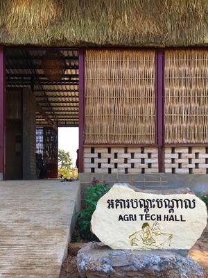 Bahan utama gedung dibangun dari batu bata, namun dindingnya terbuat dari singkong dan plester pasir.