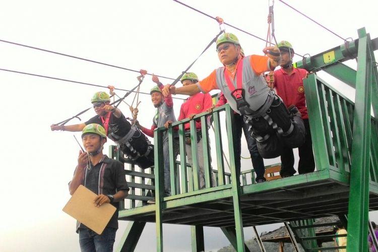 Pengunjung menjajal flying fox di Desa Mertelu, Kecamatan Gedangsari, Kabupaten Gunungkidul.