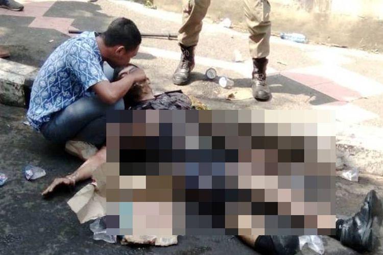 M. Ridwan Suryana (18), seorang pelajar SMK saat memberikan pertolongan kepada anggota polisi yang mengalami luka bakar di tengah aksi unjukrasa yang berujung ricuh di depan gerbang kantor Bupati Cianjur, Kamis (15/8/2019).