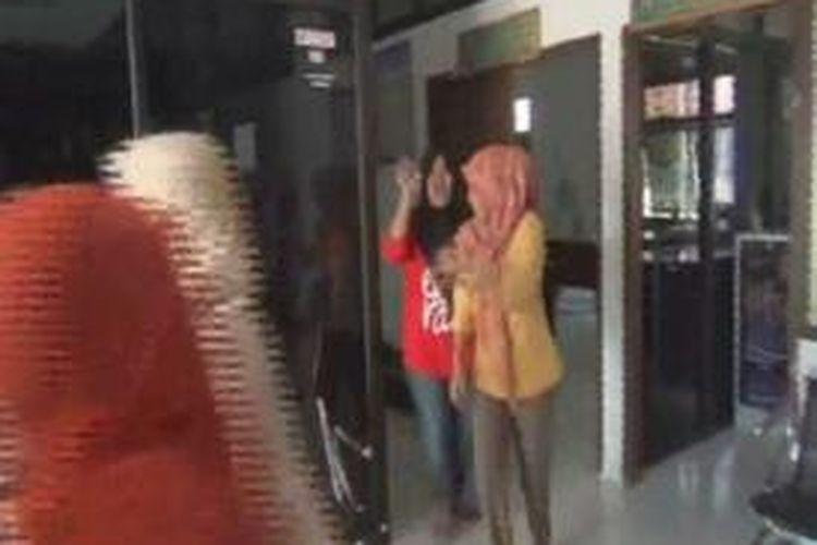 Lantaran diguncang gempa selama lima menit warga dan pegawai di kantor pemerintah dan swasta berhamburan keluar rumah untuk menyelamatkan diri. Jumat (20/11)