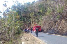Relawan Padamkan Kebakaran di Lereng Menoreh dengan Sekat Bakar