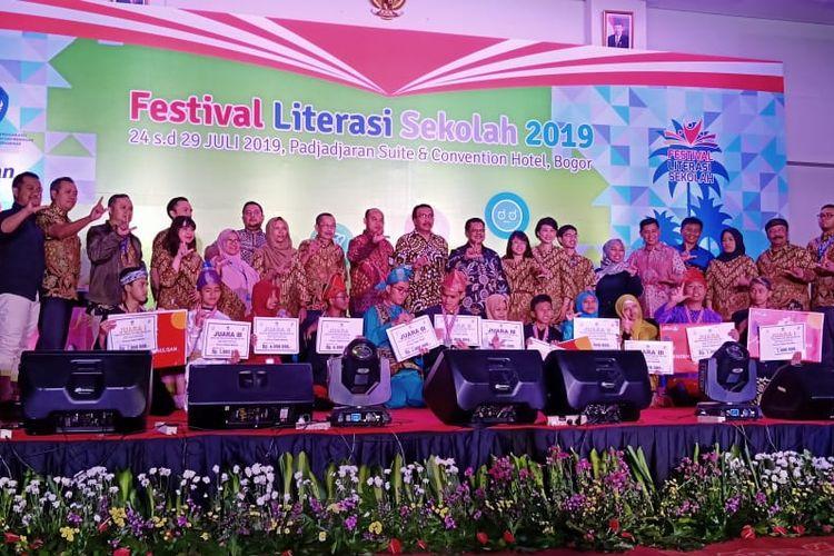 Festival Literasi Sekolah (FLS) 2019 SMA telah ditutup pada Minggu (28/07/2019) dalam acara Malam Apresiasi FLS 2019 di Bogor, Jawa Barat.