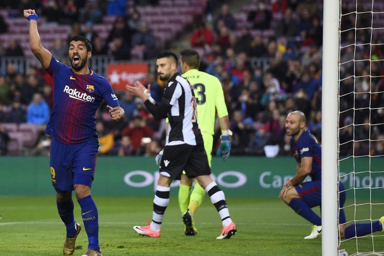 Luis Suarez tampak melakukan protes pada pertandingan Barcelona vs Levante di Stadion Camp Nou, Minggu (7/1/2018).