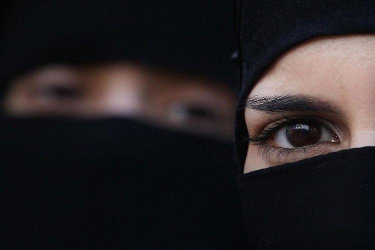 Mahkamah Agung India memutuskan bahwa perceraian keluarga Muslim dengan hanya mengucapkan kata talak tiga kali adalah praktik yang tidak sesuai dengan undang-undang di negara itu.