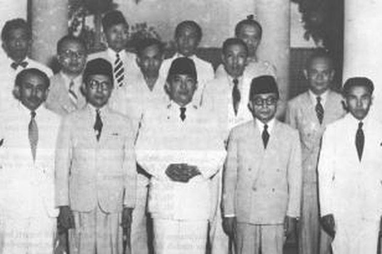 Kabinet Natsir berpdasarkan Dokumen Kepresidenan 1945-1960 Perpustakaan Nasional Indonesia. M Natsir berdiri di baris depan, nomor dua dari kiri.