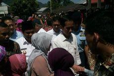 Warga Rela Antre demi Bertemu Presiden Jokowi dan Terima Sembako