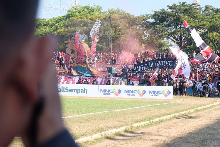 Suporter PSM Makassar memadati salah satu sudut Stadion Mattoangin, Makassar, di laga final Piala Indonesia yang tertunda, Minggu (28/7/2019).