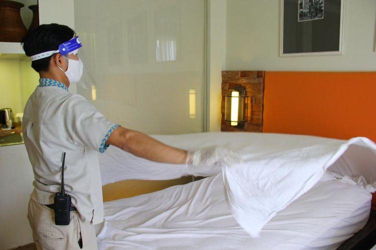Staf hotel membersihkan kamar di Bali Paragon Resort Hotel untuk dijadikan tempat menginap tenaga medis.