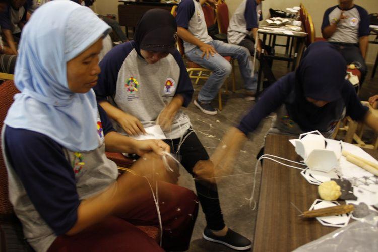 Para peserta pelatihan pembuatan bola menjahit beberapa bagian bahan dalam menghasilkan bola sepak. Pelatihan ini digelar oleh Kemenpora di Kebumen, Jawa Tengah.