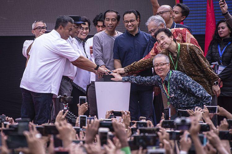 Presiden Joko Widodo (tengah kiri) bersama Gubernur DKI Jakarta Anies Baswedan (tengah kanan) serta pejabat terkait menekan tombol saat meresmikan MRT Jakarta, di kawasan Bundaran HI, Jakarta, Minggu (24/3/2019). Moda Raya Terpadu (MRT) Jakarta Fase 1 dengan rute Bundaran HI - Lebak Bulus resmi beroperasi.