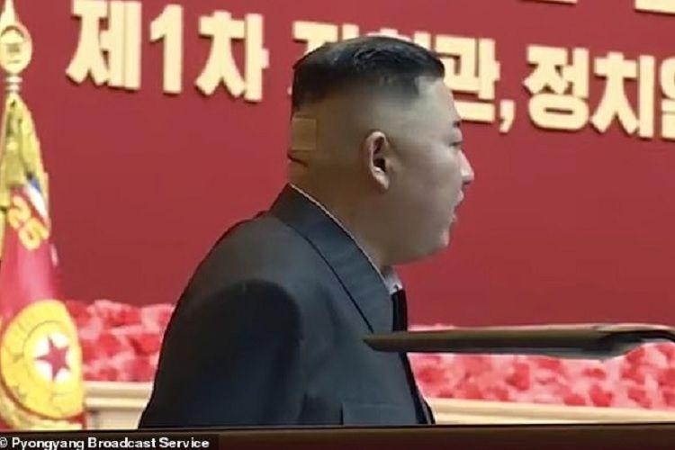 Pemimpin Korea Utara Kim Jong Un ketika hadir dalam parade militer akhir Juli lalu. Dalam potongan video, nampak terdapat plester di bagian belakang kepalanya.