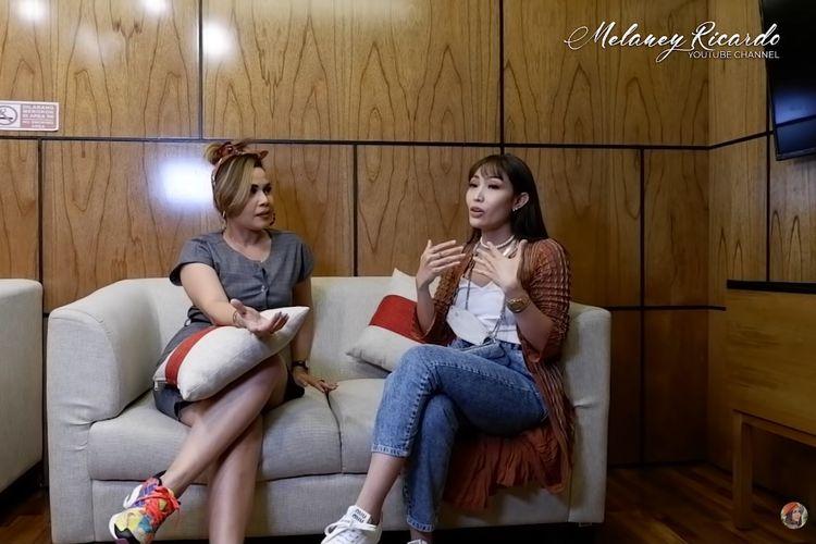 Pembawa acara Melaney Ricardo (kiri) dan Ayu Dewi