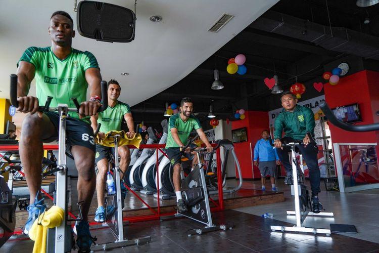 Trio pemain asing Persebaya Surabaya mendapat latihan ekstra di bawah arahan pelatih fisik Rudy Eka Priambada, Senin (11/2/2019).