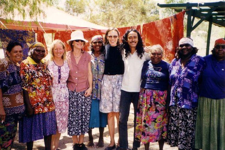 Agus Ismoyo (keempat dari kanan) sempat berkolaborasi dan mengajarkan cara membatik kepada suku Aborigin di kawasan Australia Utara.