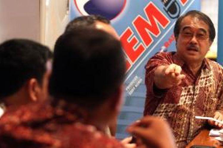 Ketua Asosiasi Pengusaha Indonesia Anton J Supit (kanan) berdiskusi dalam acara Polemik Buruh Mengeluh Pengusaha Berpeluh, Sabtu (2/11/2013) di Jakarta. Diskusi tersebut mengupas tentang tuntutan buruh yang menginginkan peningkatan nilai upah minimum provinsi (UMP) .