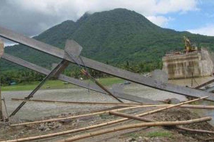 Jembatan Waebobo di Muara Waebobo yang tak jauh dari Pasar Borong yang baru dibangun pada anggaran 2012 lalu, ambruk akibat diterjang Banjir tadi Malam, Kamis (3/1/2013).