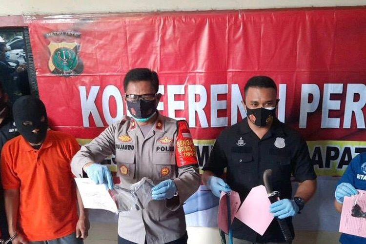 Kapolsek Mampang Pratapan, Kompol Sujarwo bersama Kanit Reskrim Polsek Mampang Prapatan, Iptu Sigit Ari merilis kasus pencurian di Polsek Mampang Prapatan, Jakarta, Selasa (27/10/2020).