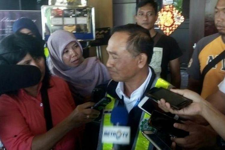 GM PT Angkasa Pura I, Pandu Agus Purnama saat memberikan keterangan kepada wartawan terkait proses evakuasi pesawat