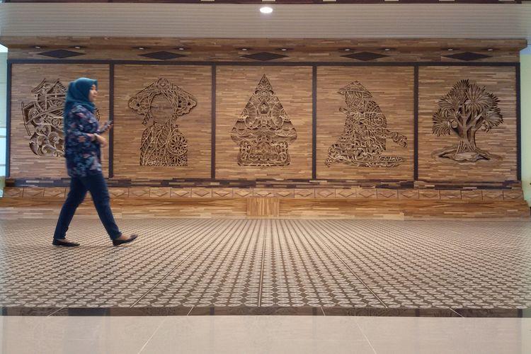 Artwork atau karya seni memenuhi semua sisi Bandar Udara Yogyakarta International Airport (YIA). Bentuknya ada diorama, relief hingga patung. Semuanya menunjukkan Yogyakarta.