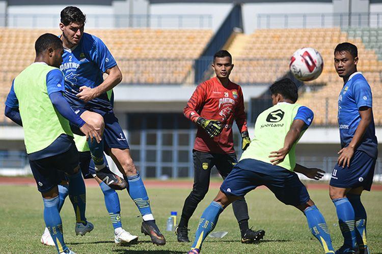 Para pemain Bandung menjalani sesi latihan rutin di Stadion GBLA, Kota Bandung, Selasa (8/6/2021).