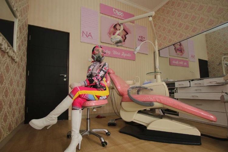Dokter gigi yang viral di media sosial karena kenakan APD fashionable.