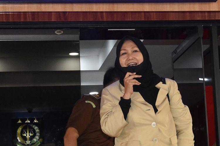 Pengacara dari buronan kasus korupsi pengalihan hak tagih (cessie) Bank Bali Djoko Tjandra, Anita Kolopaking keluar ruangan usai menjalani pemerikaan di Gedung Jaksa Agung Muda Pengawasan Kejagung, Jakarta, Senin (27/7/2020). Kejaksaan Agung memeriksa Anita Kolopaking terkait pertemuannya dengan Kepala Kejaksaan Negeri Jakarta Selatan Anang Supriatna yang diduga terkait dengan penanganan perkara Djoko Tjandra. ANTARA FOTO/Indrianto Eko Suwarso/pras.