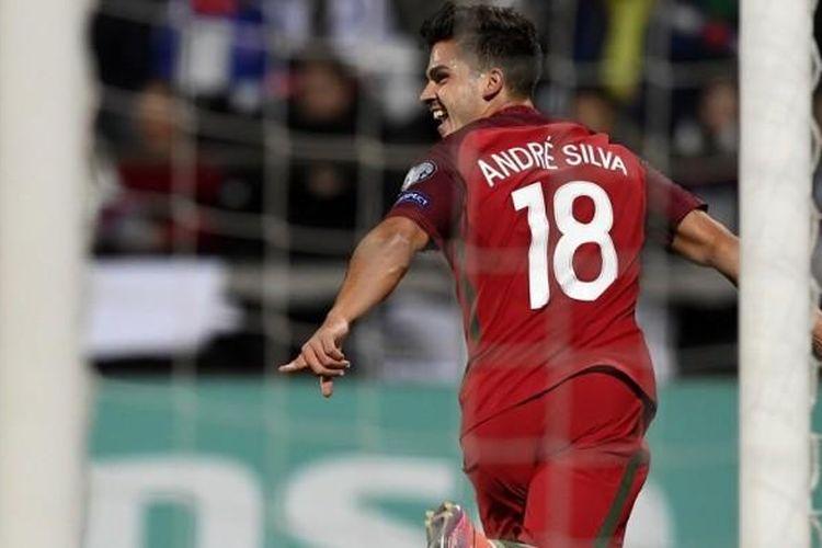 Salah satu dari tiga selebrasi gol pemain Portugal, Andre Silva, usai mencetak gol ke gawang Kepulauan Faroe dalam pertandingan kualifikasi Piala Dunia 2018 di Stadion Torsvollur, Torshavn, Kepulauan Faroe, pada Senin (10/10/2016).