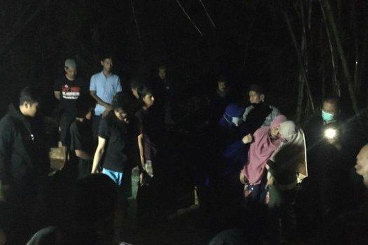 Suasana pemakaman dua jenazah di Kelurahan Pallantikang, Kecamatan Maros Baru, Kabupaten Maros, Senin (29/3/2021) malam.