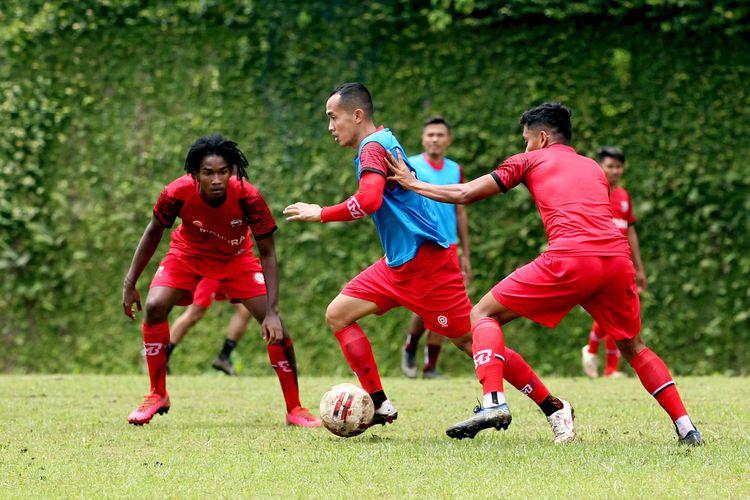 Pemain senior Slamet Nurcahyo menerobos 2 pemain Madura United saat latihan untuk persiapan Piala Menpora 2021 di Lapangan Agrokusuma Batu, Jawa Timur, Sabtu (27/02/2021) pagi.