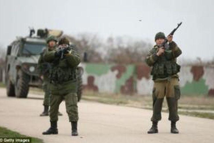 Pasukan pro-Rusia yang menduduki pangkalan udara Belbek, dekat Sevastopol, Crimea memberikan tembakan peringatan ketika sekitar 300 prajurit Ukraina yang tak bersenjata mendatangi mereka.