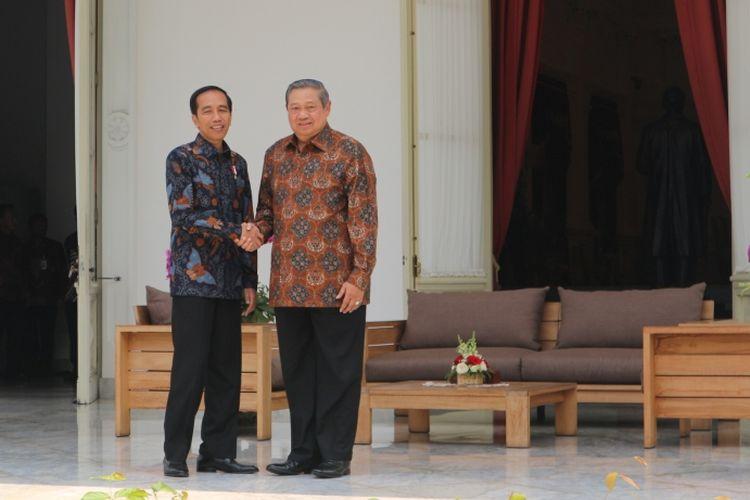 Presiden Joko Widodo dan Presiden keenam Susilo Bambang Yudhoyono di Istana Merdeka, Jakarta, Kamis (9/3/2017).