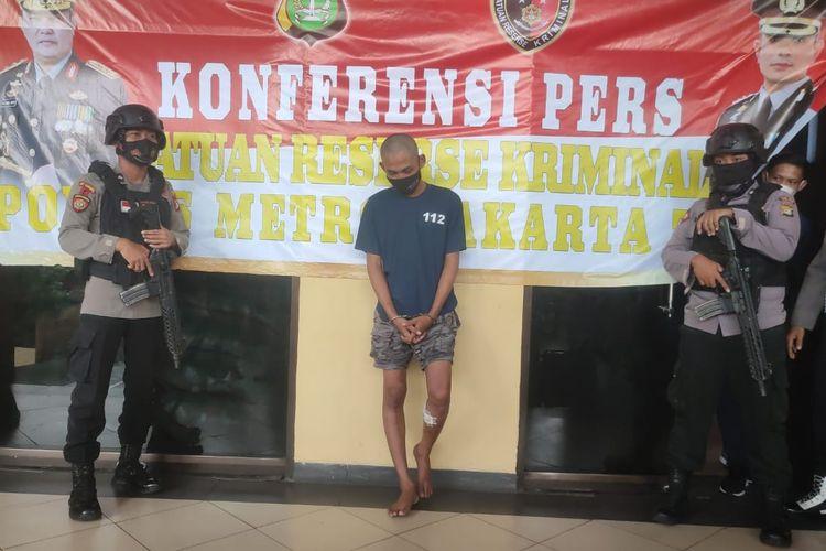 RT (24), pencuri yang menembak korbannya menggunakan airsoft gun di kawasan Bali Mester, Jatinegara, Jakarta Timur, pada 18 April 2021 lalu, berhasil ditangkap polisi.