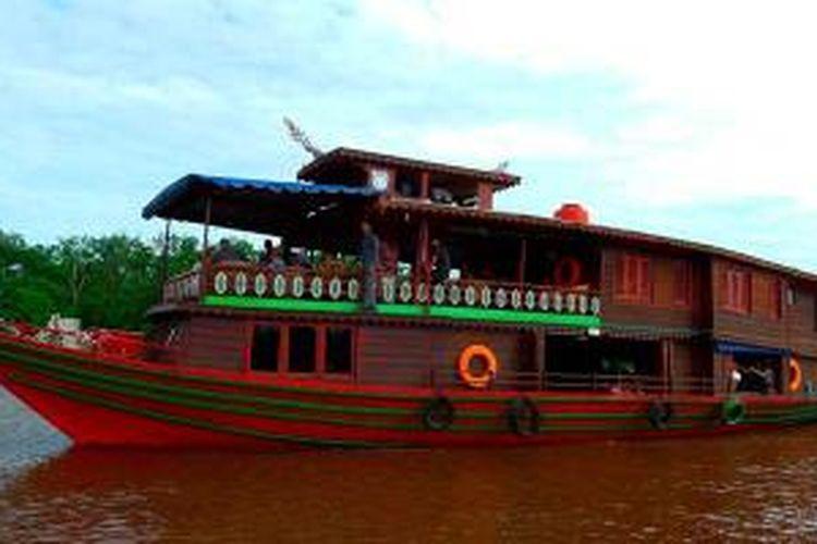 Kapal Motor Lasang Teras Garu menyusuri Sungai Kahayan di Kalimantan Tengah.