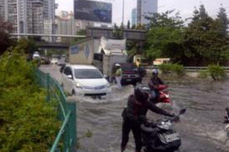 Truk kontainer mogok ketika melintasi banjir di Jalan S Parman, Jakarta Barat, Rabu (29/1/2014). Sejak Rabu subuh, truk tersebut belum dievakuasi.