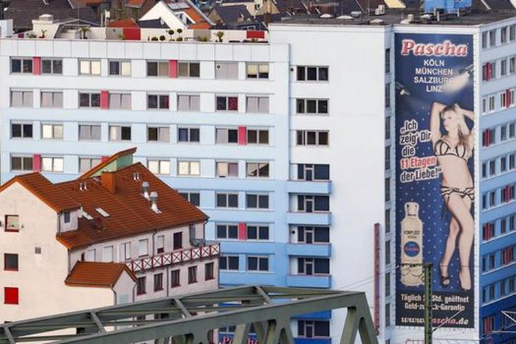 Salah satu rumah bordil terbesar Eropa akhirnya bangkrut di tengah pandemi corona. Layanan seks berbayar memang salah satu sektor yang paling parah terdampak lockdown dan pembatasan sosial.