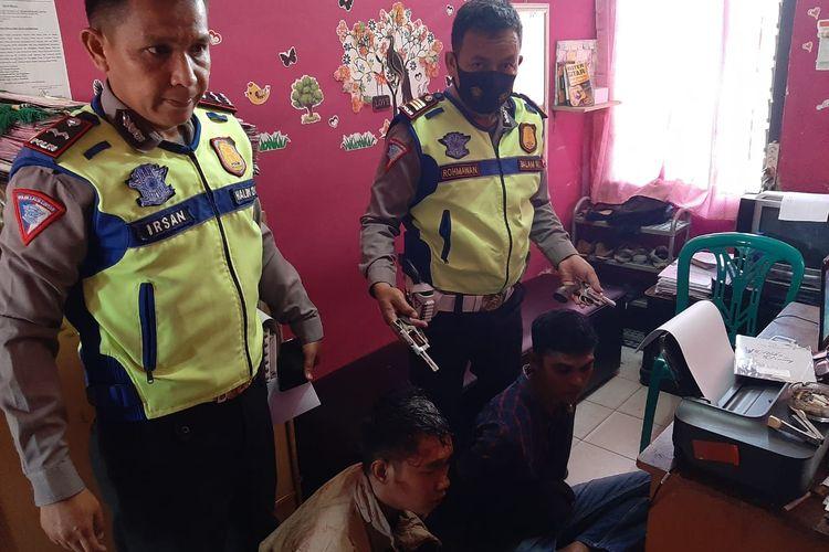 Dua pelaku penodongan senjata api ditangkap polisi. (FOTO: Dok. Satlantas Polresta Bandar Lampung)