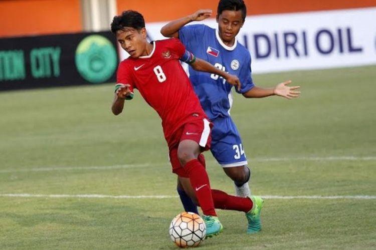 Gelandang sekaligus kapten Indonesia U-16, Brylian Negietha (8) ditempel bek Filipina U-17, Jacob Francis Mariong pada uji coba internasional di Stadion Maguwoharjo, Sleman, Minggu (21/5/2017).