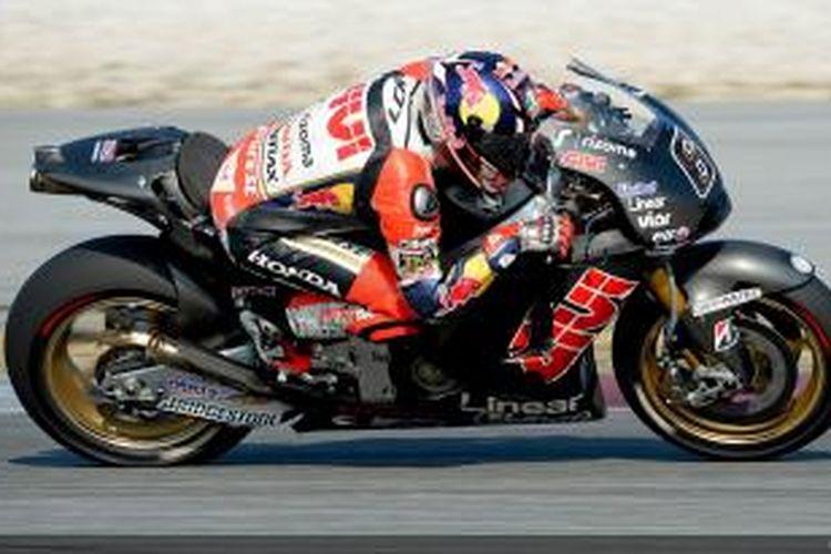 Pebalap LCR Honda asal Jerman Stefan Bradl memacu motornya pada hari kedua sesi uji coba MotoGP 2014 di Sirkuit Sepang, Malaysia, Rabu (5/2/2014).
