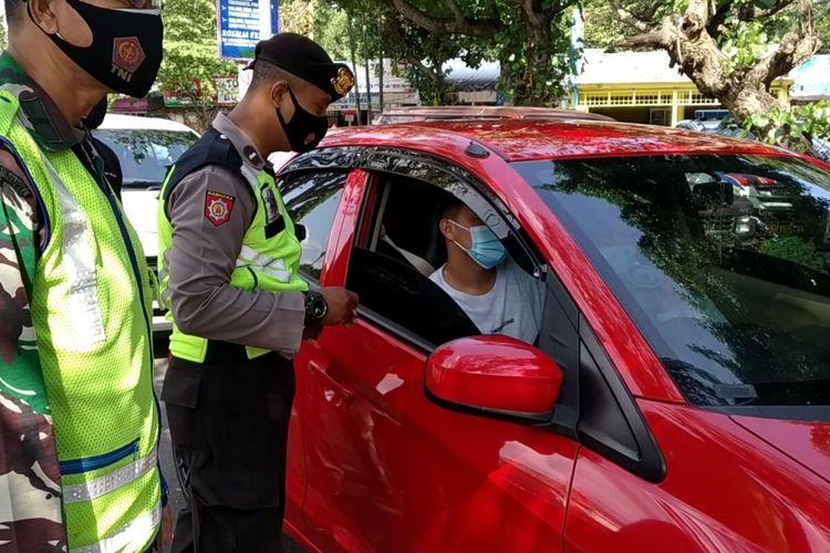 Polisi memeriksa kendaraan yang melintas di pos penyekatan yang dikendalikan Polres Blitar dan Malang di Karangkates, Kecamatan Sumberpucung, Kabupaten Malang, Minggu (16/5/2021)