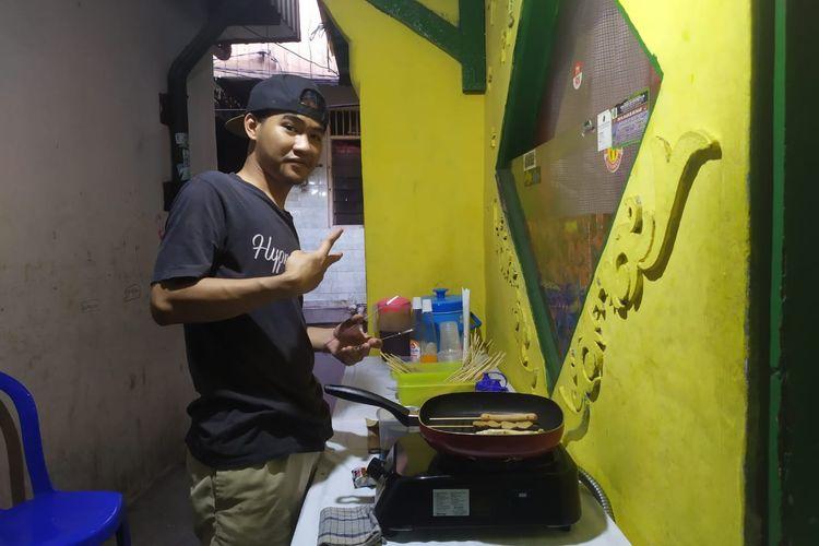 Junaidi sedang menyiapkan makanannya untuk dijual pada Rabu (7/10/2020) sore. Junaidi sempat berhenti kerja dari sebuah restoran di Jakarta Pusat dan memilih membangun usaha sendiri.