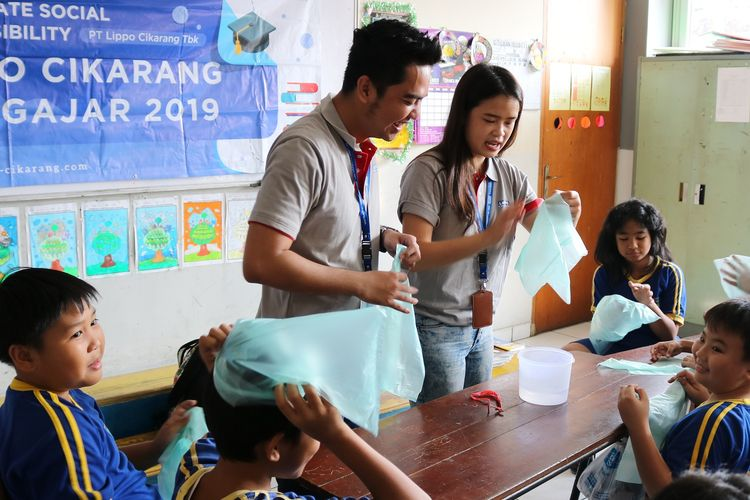Di SDN Cibatu 03, SDS Ekklesia Lippo Cikarang, serta SD Don Bosco Cikarang pada Rabu (22/5/2019) kemarin misalnya, program edukasi untuk memerangi sampah plastik dilakukan terhadap siswa sekolah dasar.